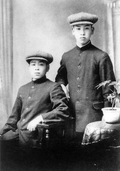 43-1915年 19才の頃の小林孝三郎(右).jpg