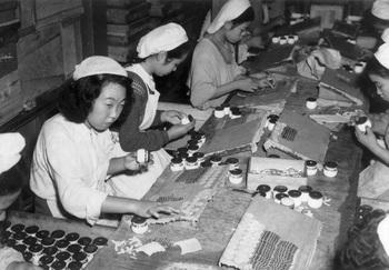 45当時、ラベル貼りなどは全て手作業で行われていた.jpg