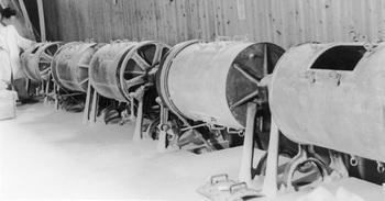 45粉白粉などの製造に使用された当時の最新式ボールミル.jpg