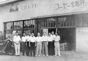 45豊島工場(北区豊島6丁目)の前で/中央が小林孝三郎社長.jpg